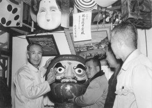 百億円突破成就でダルマの目を入れる近藤組合長(左)と近藤常務(右)