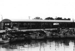 魚市場会館1階北側から沿岸漁船の係留する第三船渠背後地に移転