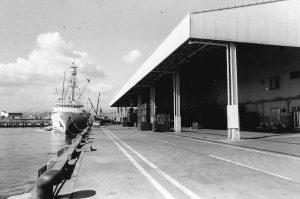 急増しつつあった大型海外旋網漁船の水揚げに対応。冷蔵庫はSF級3,000トン。